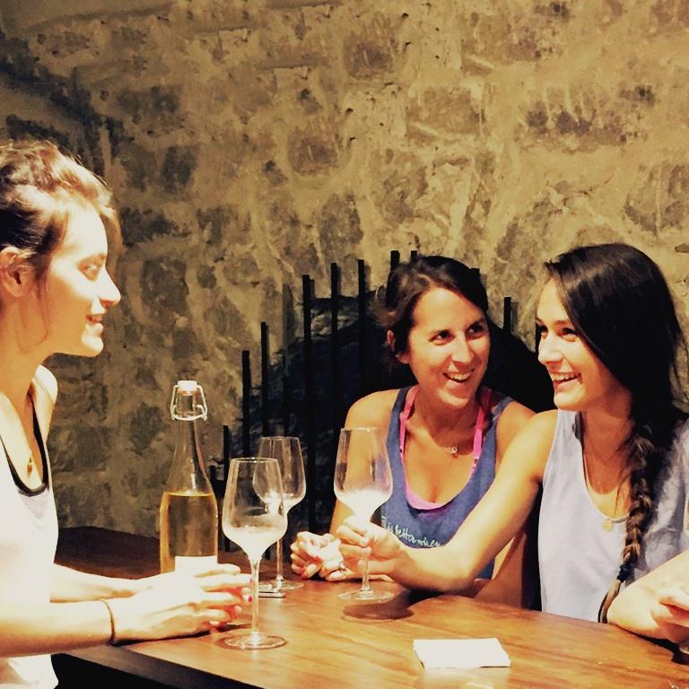 Cours de Yoga suivi d'une dégustation de vins dans une cave Paris 1